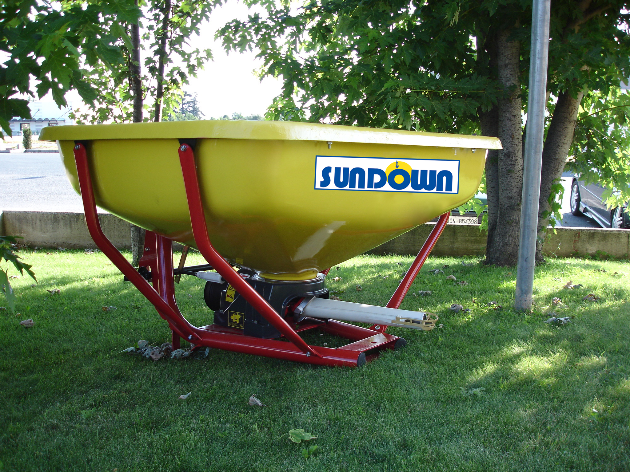 Sundown PDHV800 Pendulum Spreader 3 Pt. Hitch Model with Fiberglass Hopper & PTO for 2000 lb. Capacity